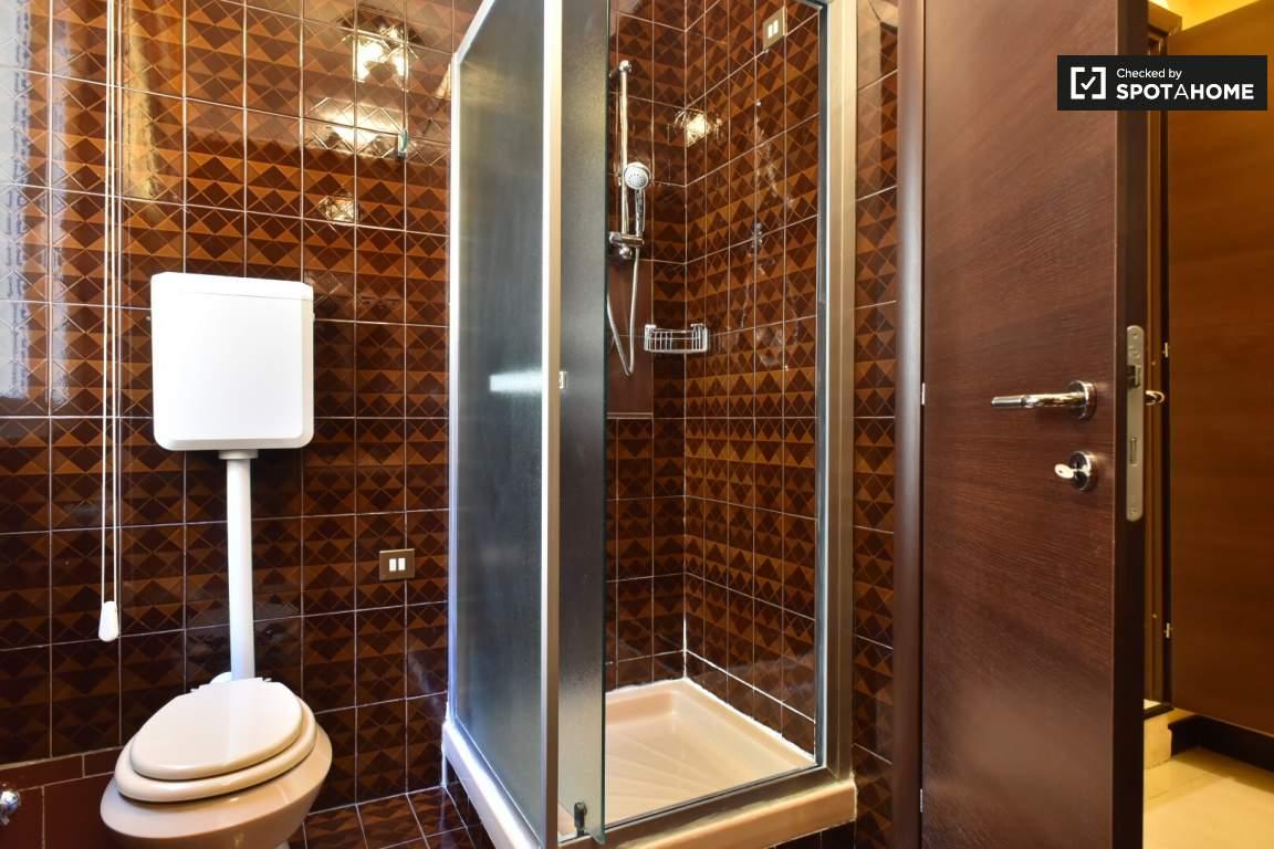 En-suite bathroom (bedroom 5)