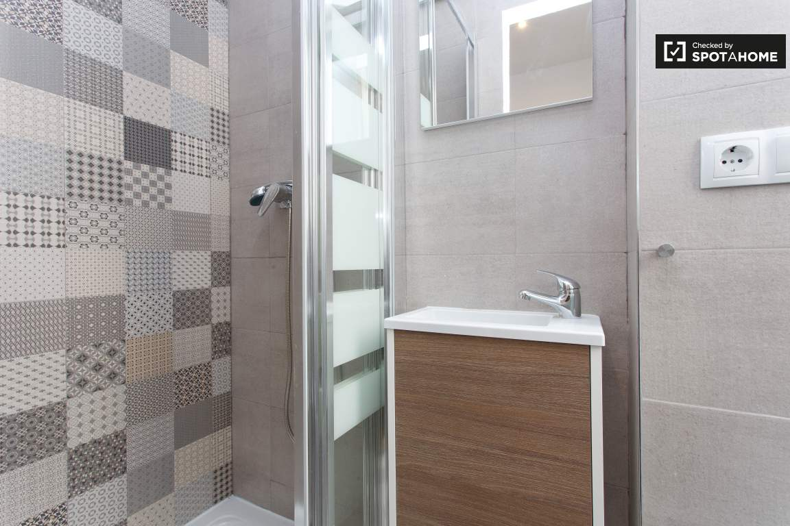 Ensuite bathroom 5