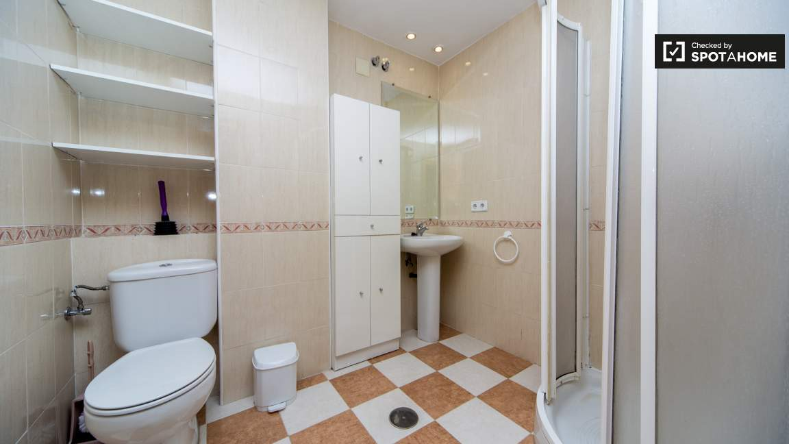 Pacific room en-suite bathroom