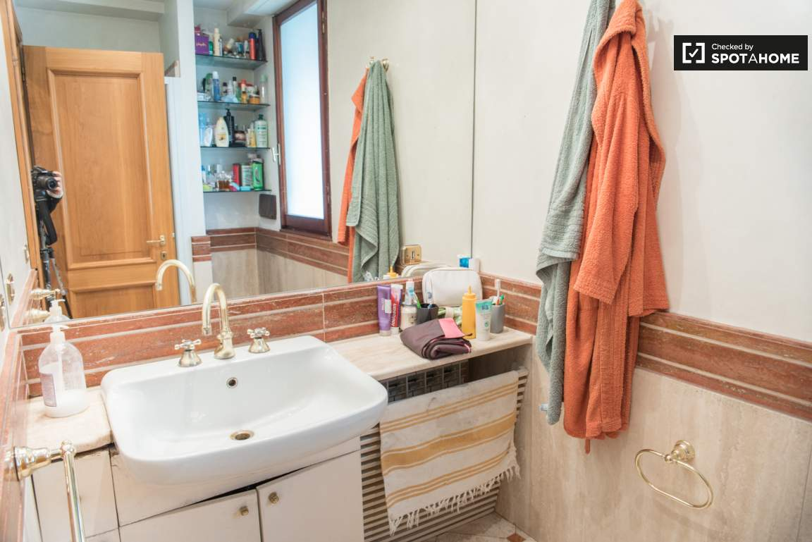 Bathroom 1 (used by rooms 1 and 2)