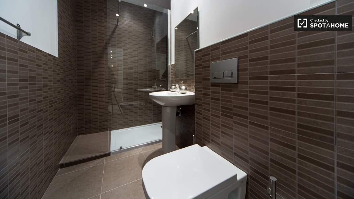 Ensuite bathroom (bedroom 28)