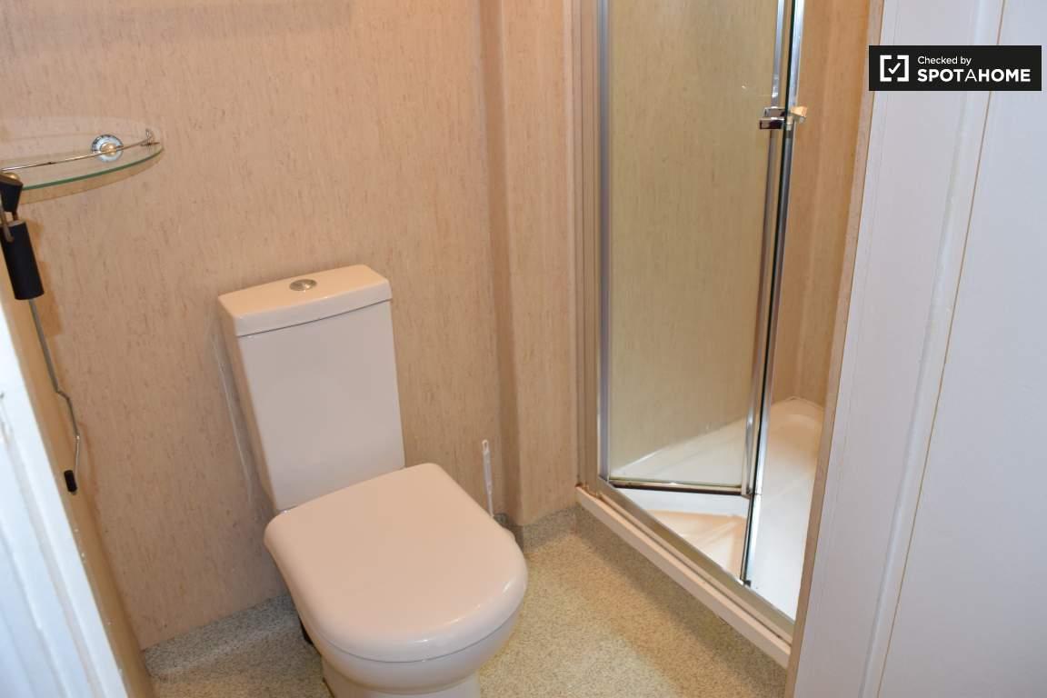 Bathroom (Bedroom 10 en-suite)
