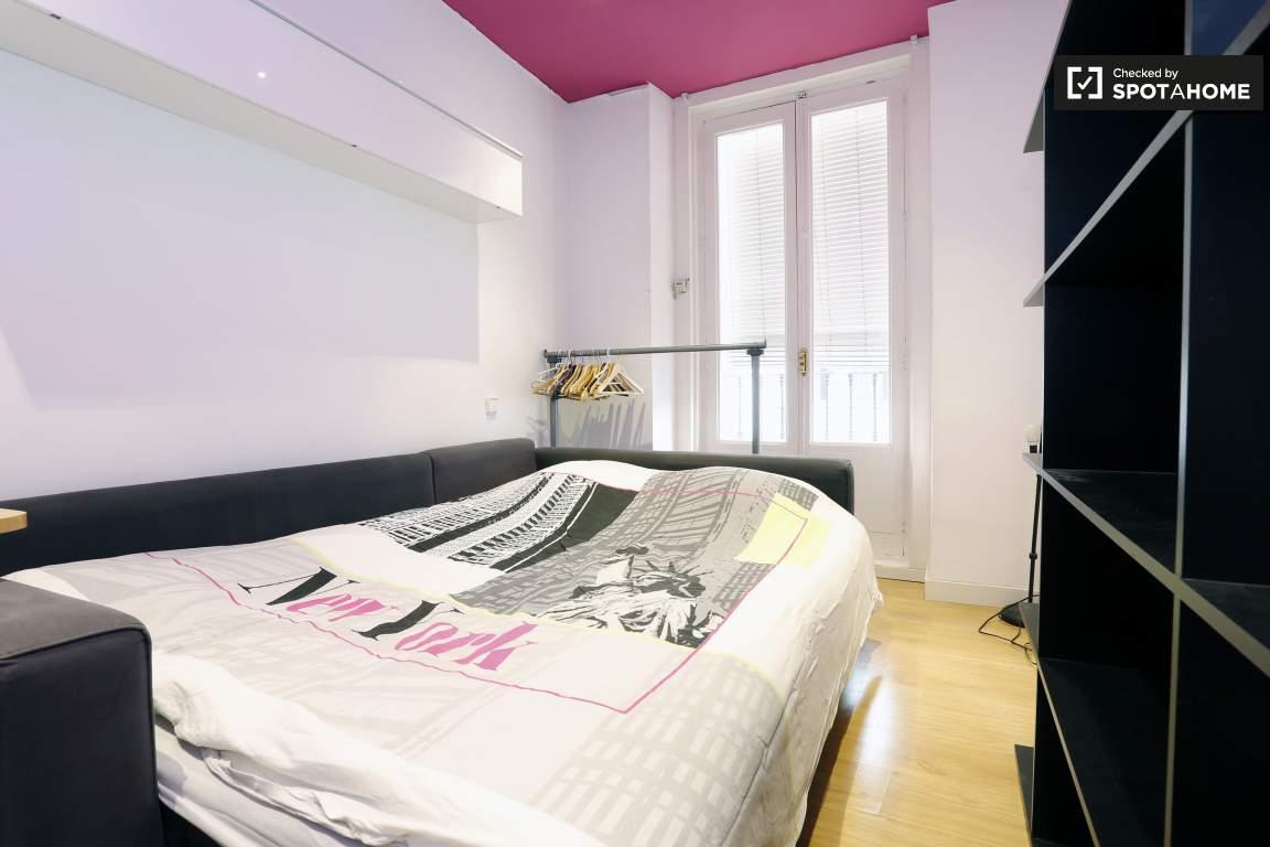 bedroom 3 shelves