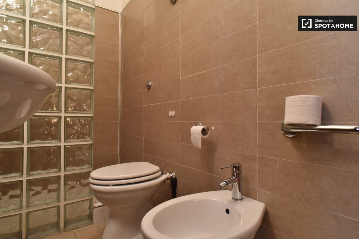 En-suite bathroom (bedroom 2)