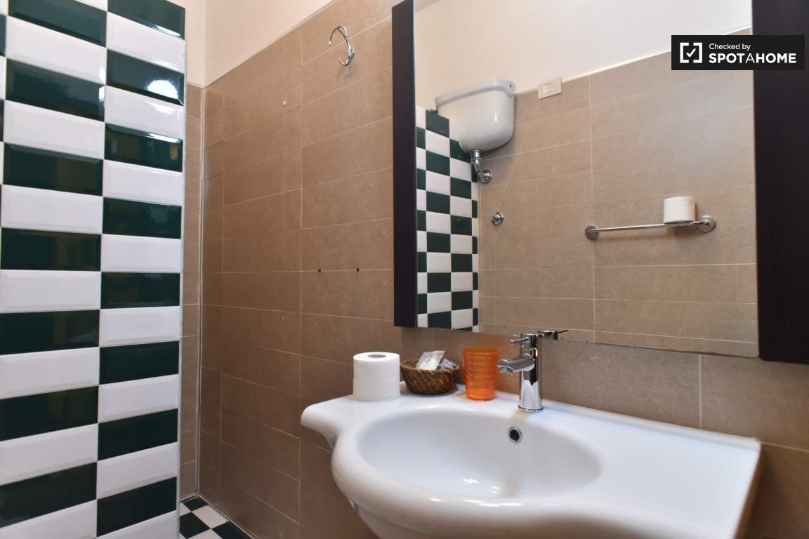 En-suite bathroom (bedroom 3)