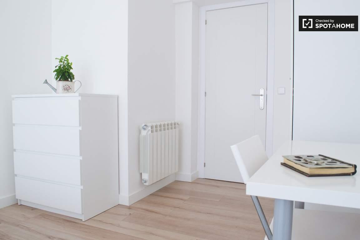 Bedroom 2 (Tina)