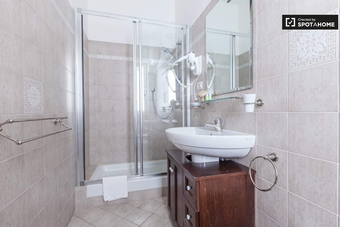 Ensuite bathroom (bedroom 5)