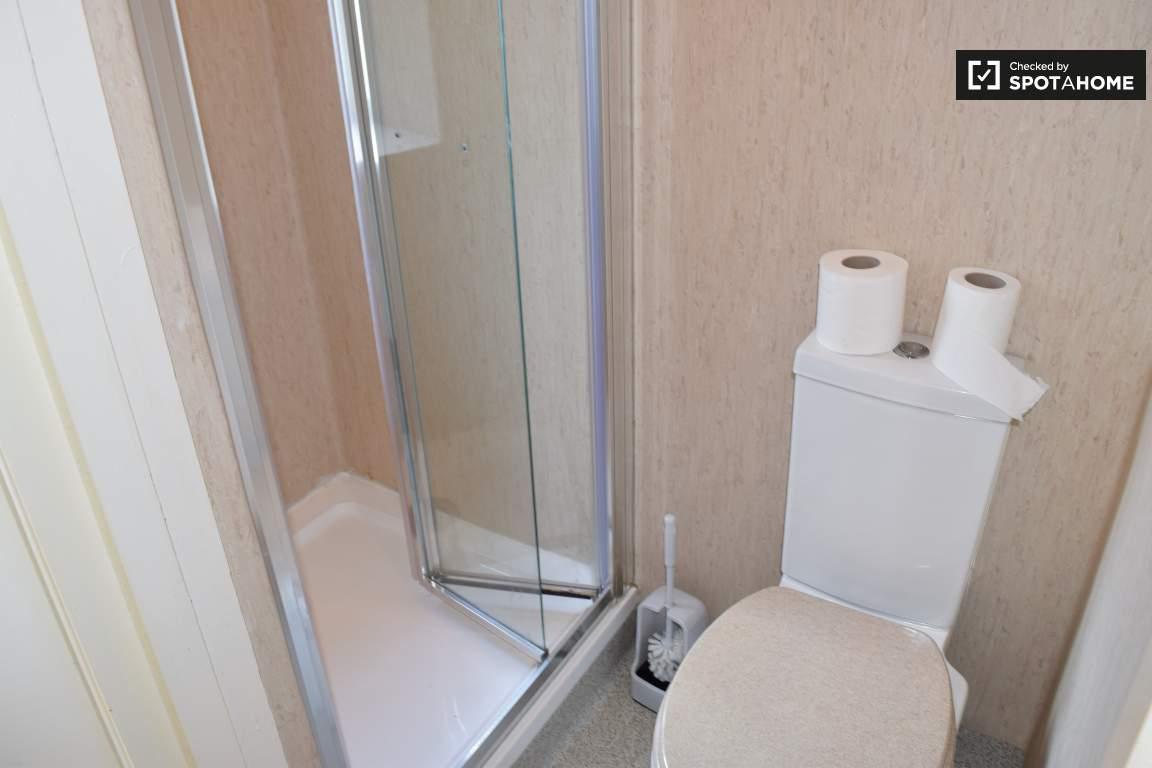 Bathroom (Bedroom 7 en-suite)