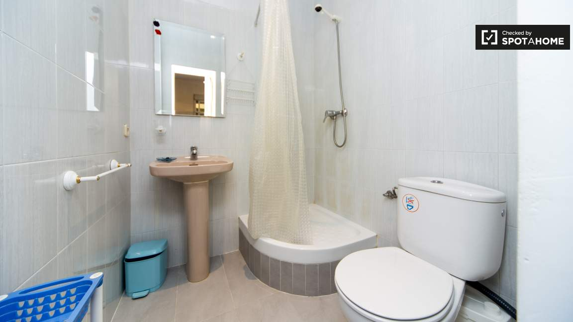 Bedroom 4 en-suite bathroom