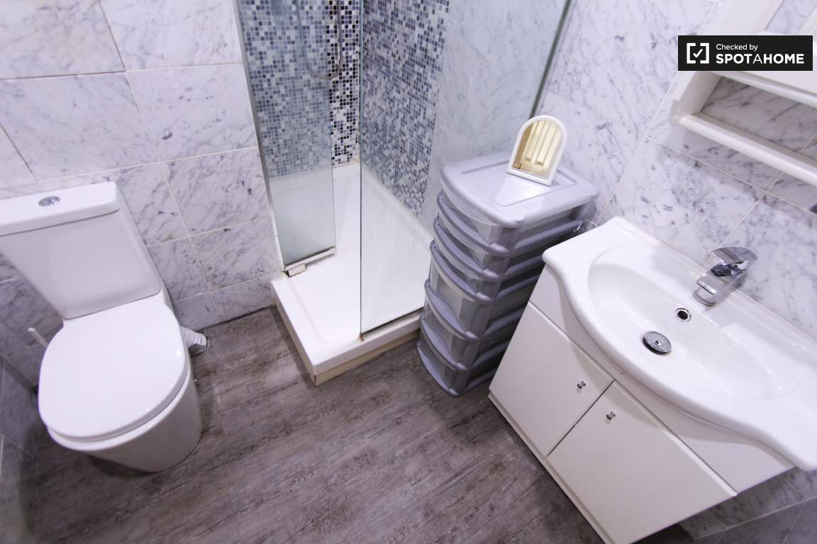 Ensuite bathroom / Bedroom 1