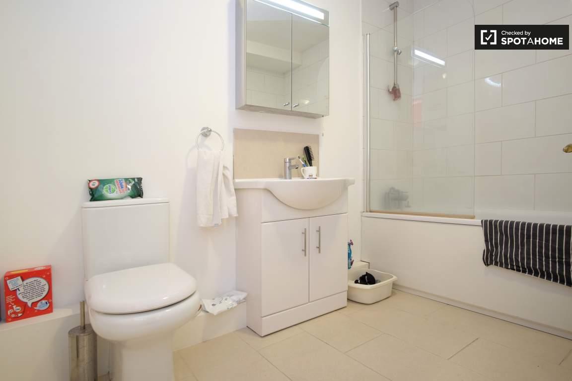Ensuite bathroom (Bedroom 4 (D))