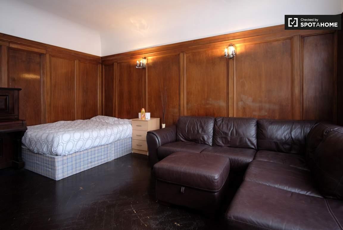 Bedroom 2 (Green)