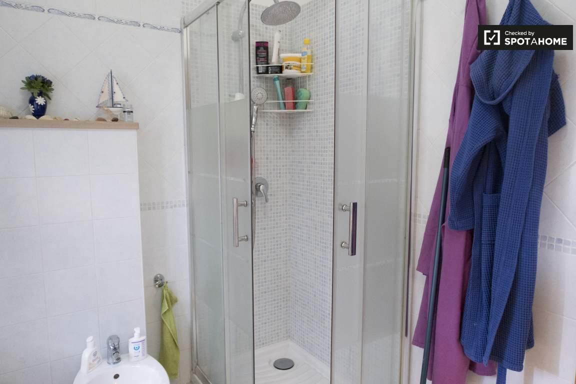 Bagno In Comune In Inglese : Camere in affitto in appartamento 3 camere da letto a statuario