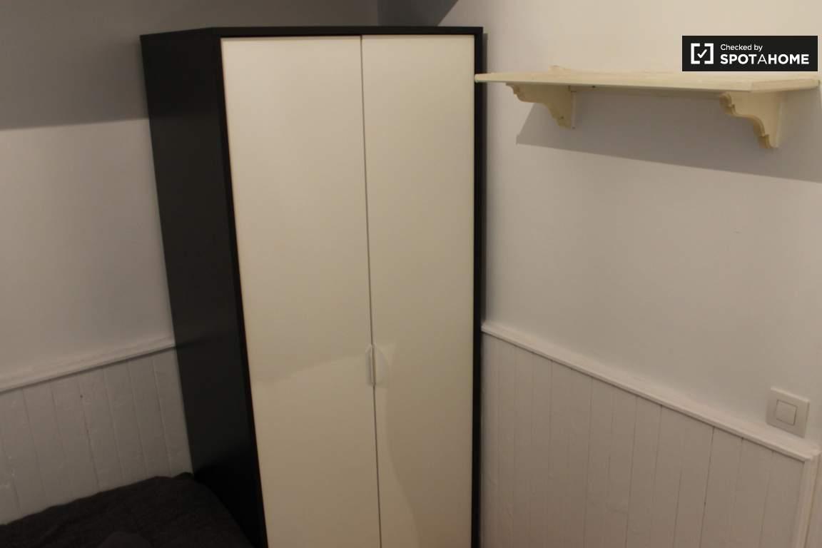 Chambre 2 Closet