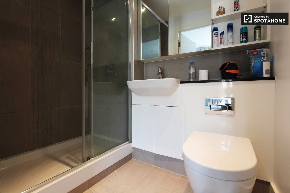 Bedroom 2 (B) ensuite bathroom