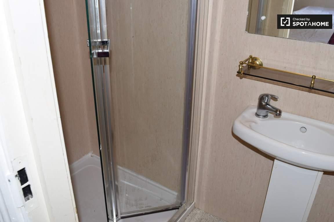 Bathroom (bedroom 2 en-suite)
