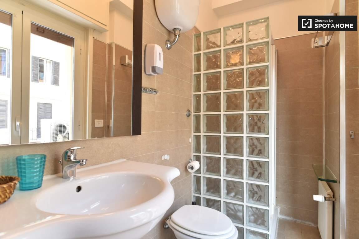 En-suite bathroom (bedroom 4)