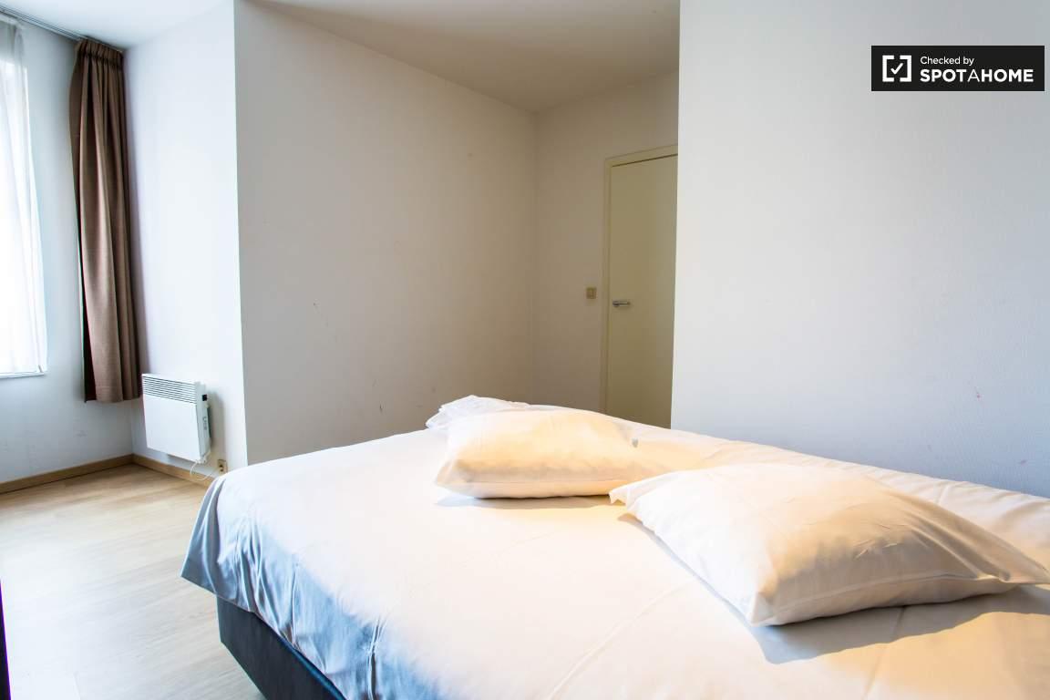 Master Bedroom (Room 2)