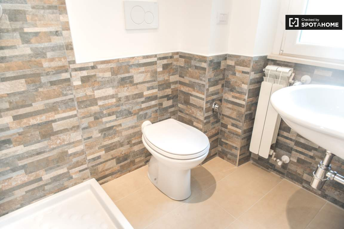 En-suite bathroom (bedroom 1)