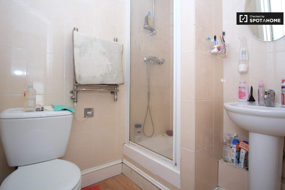 Ensuite bathroom (Bedroom 2 (B))