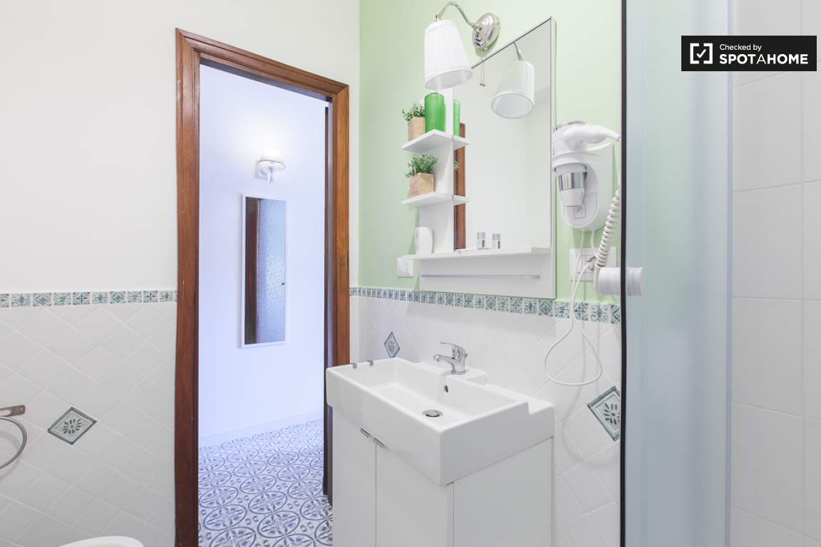 Ensuite bathroom (bedroom 2)