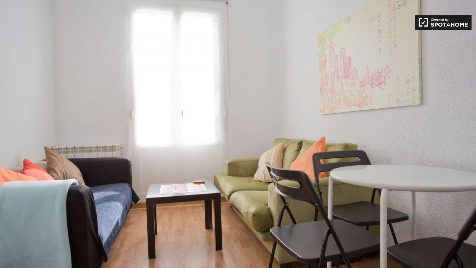 Soleada habitaci n en piso compartido en chamber madrid for Piso una habitacion madrid