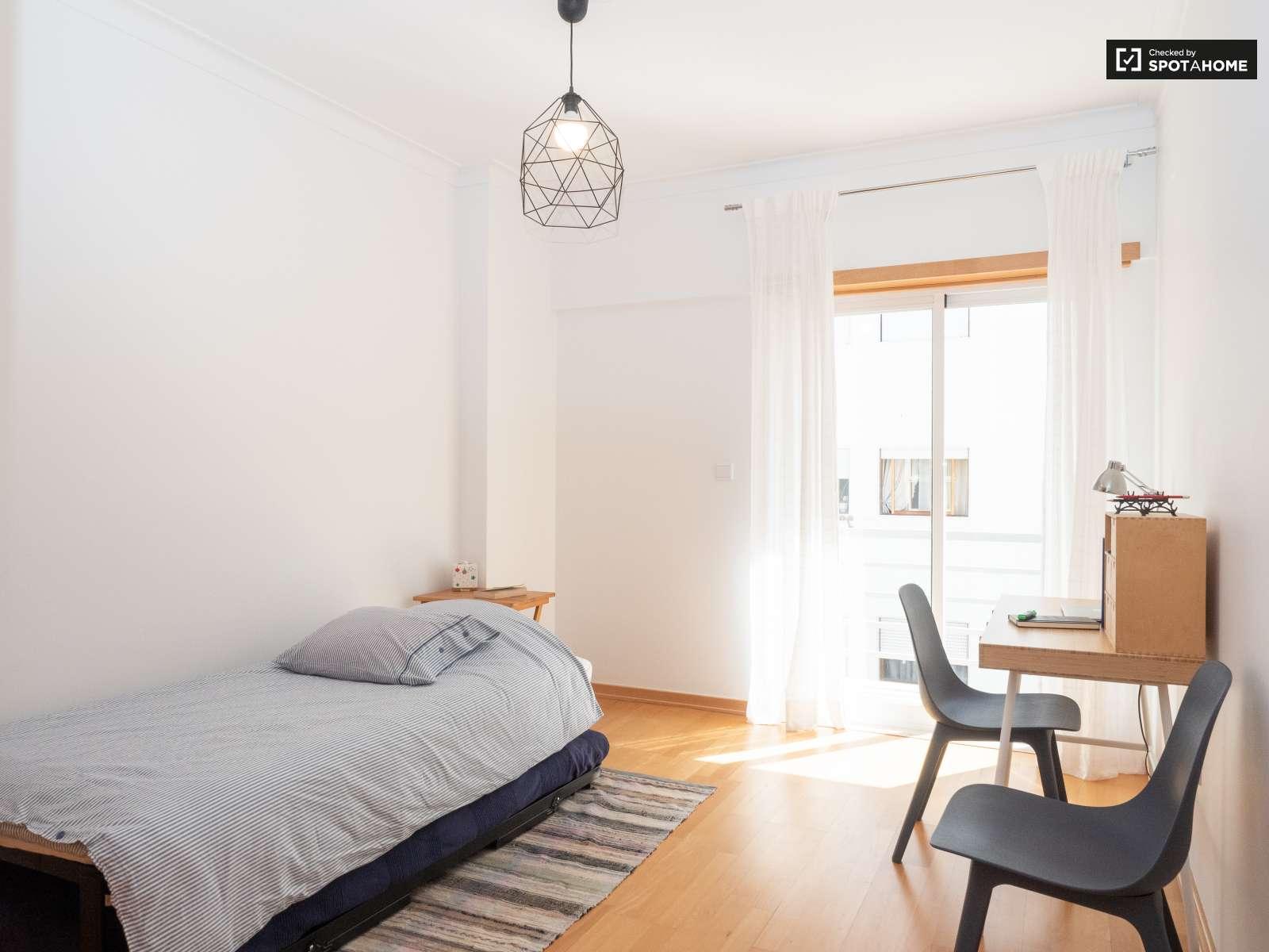 Single Bed in Sunny rooms for rent in flatshare near beach in Costa da Caparica