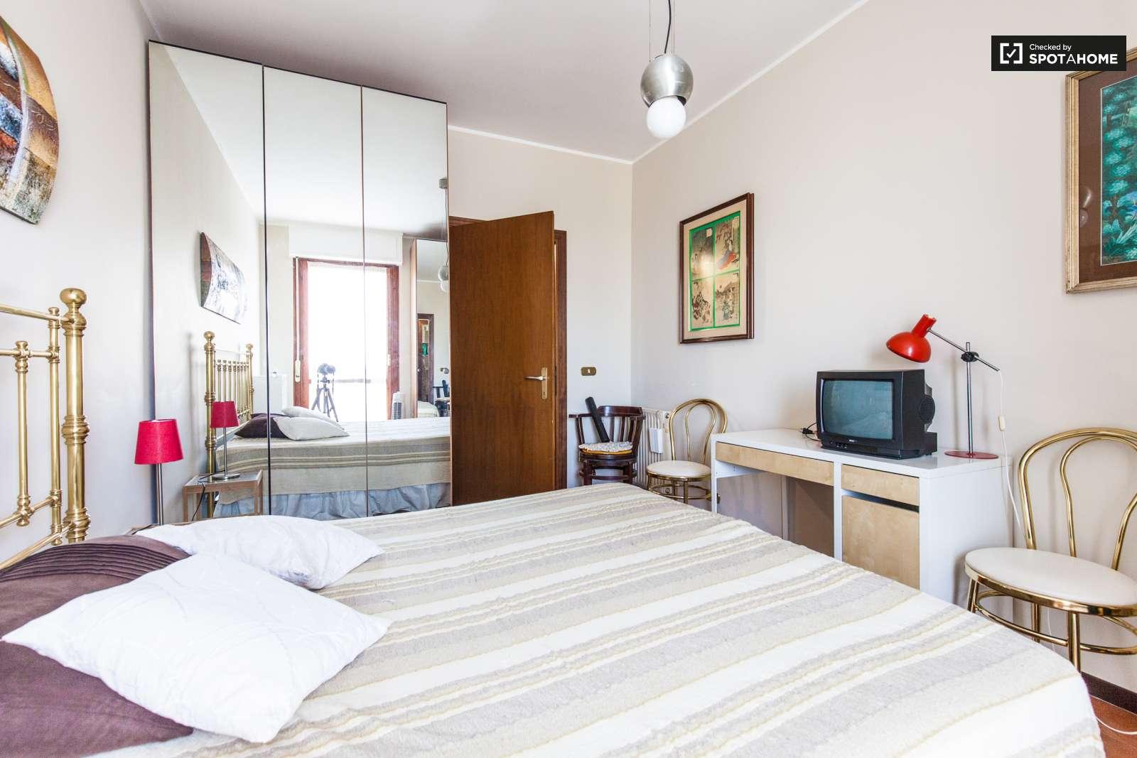 Stanza spaziosa in un appartamento con mensole a for Planimetria stanza