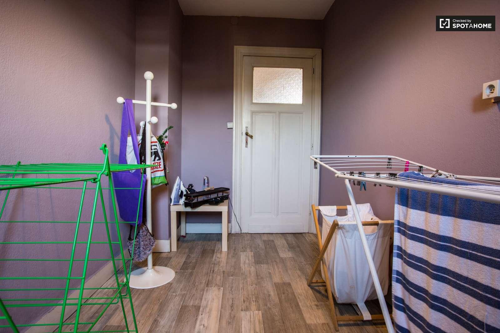 Chambre spacieuse dans un appartement de 8 chambres a for Lavage de tapis bruxelles