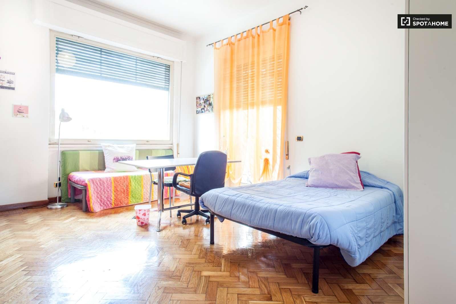Stanza doppia in un appartamento di 6 locali a piazza for Stanza design