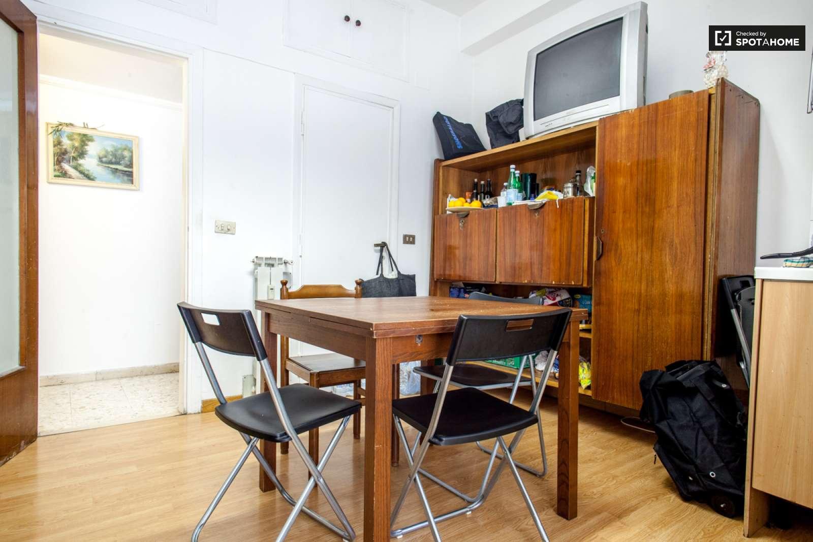 Stanze in affitto in un appartamento con 5 camere da letto for Villa con 5 camere da letto