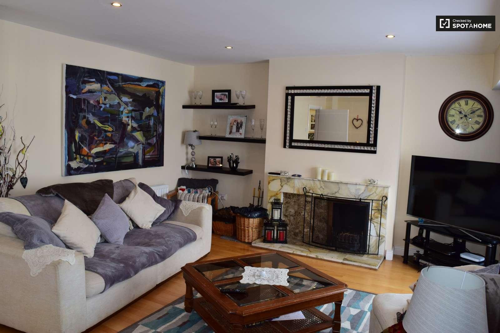 Bright room in 4 bedroom apartment in swords dublin ref for Living room dublin