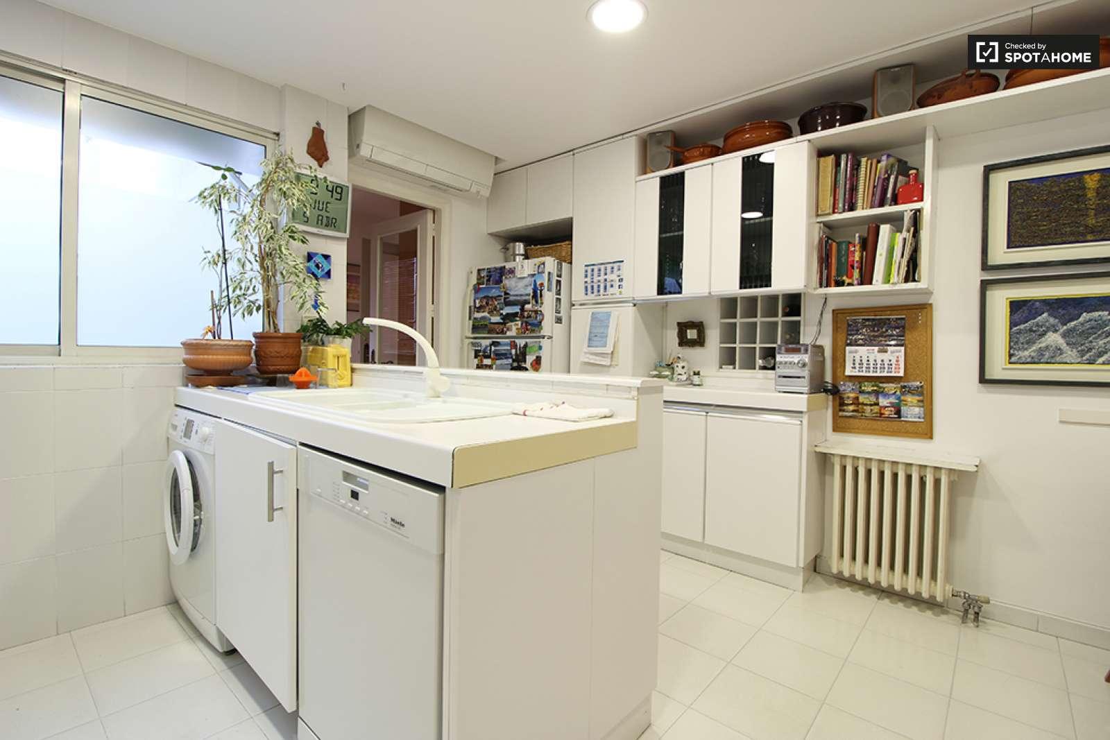 Cozy room in 3-bedroom apartment in Hortaleza, Madrid (ref: 213266 ...