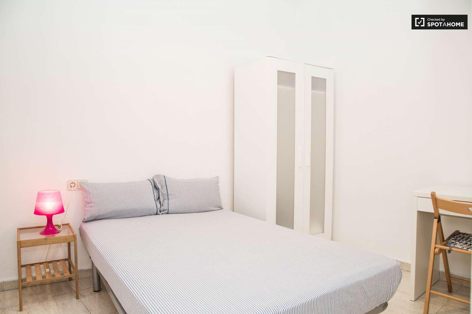 Habitaci n interior en piso compartido en el raval for Piso 1 habitacion barcelona