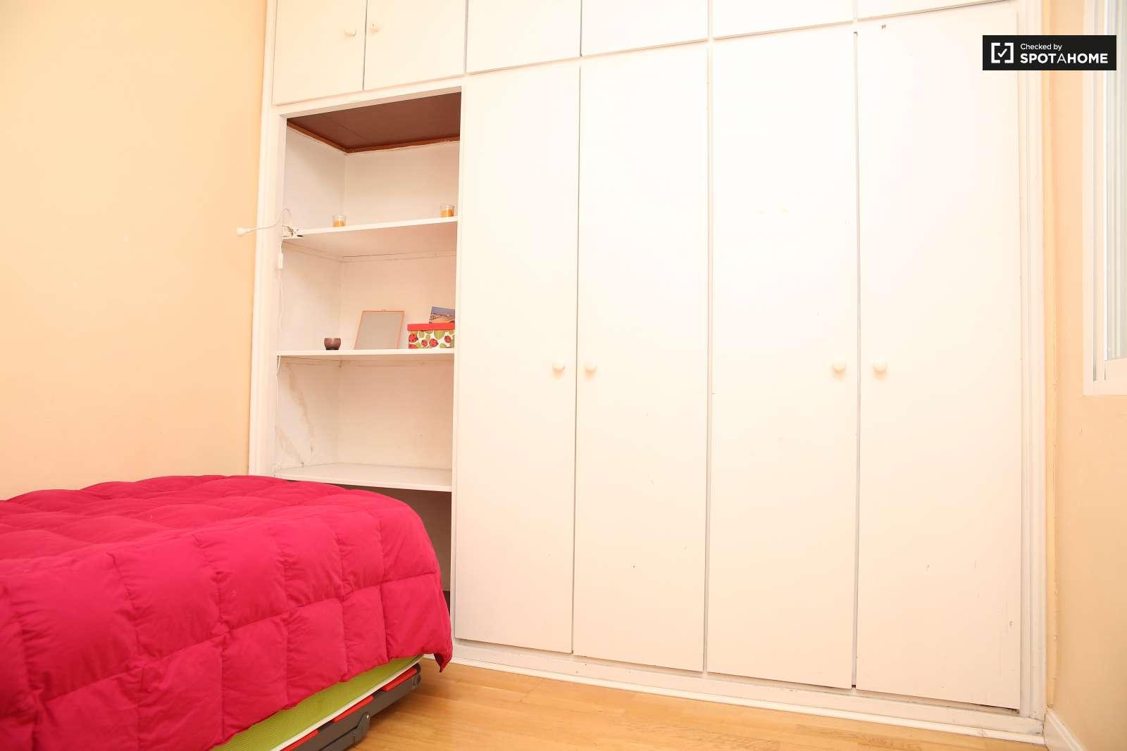 Alquila habitaci n en piso de 4 habitaciones en mar a for Piso 4 dormitorios sevilla
