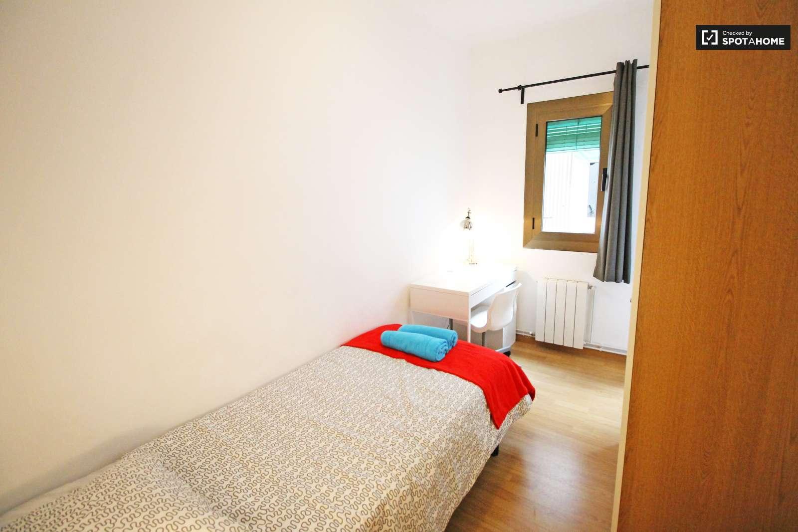 Habitaci n equipada en piso de 3 habitaciones en eixample for Piso 1 habitacion barcelona