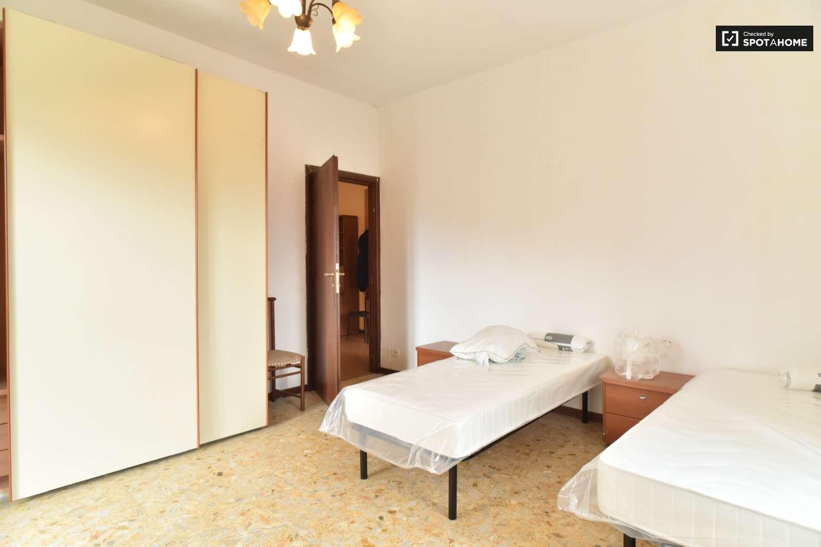 Stanza in affitto in appartamento con 3 camere da letto a morena roma ref 155643 spotahome - Affitto appartamento bologna 3 camere da letto ...