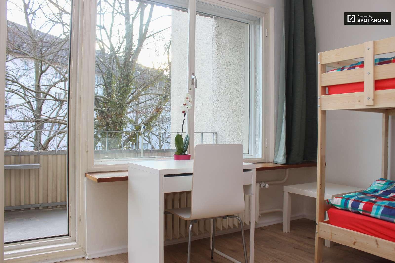 schicke zimmer in der wohnung in tempelhof sch neberg ref 141216 spotahome. Black Bedroom Furniture Sets. Home Design Ideas