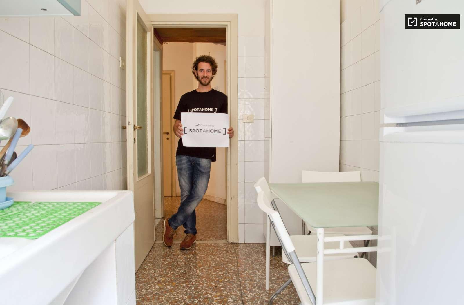 Bagno In Comune In Inglese : Stanze in affitto in un appartamento con 3 camere da letto a