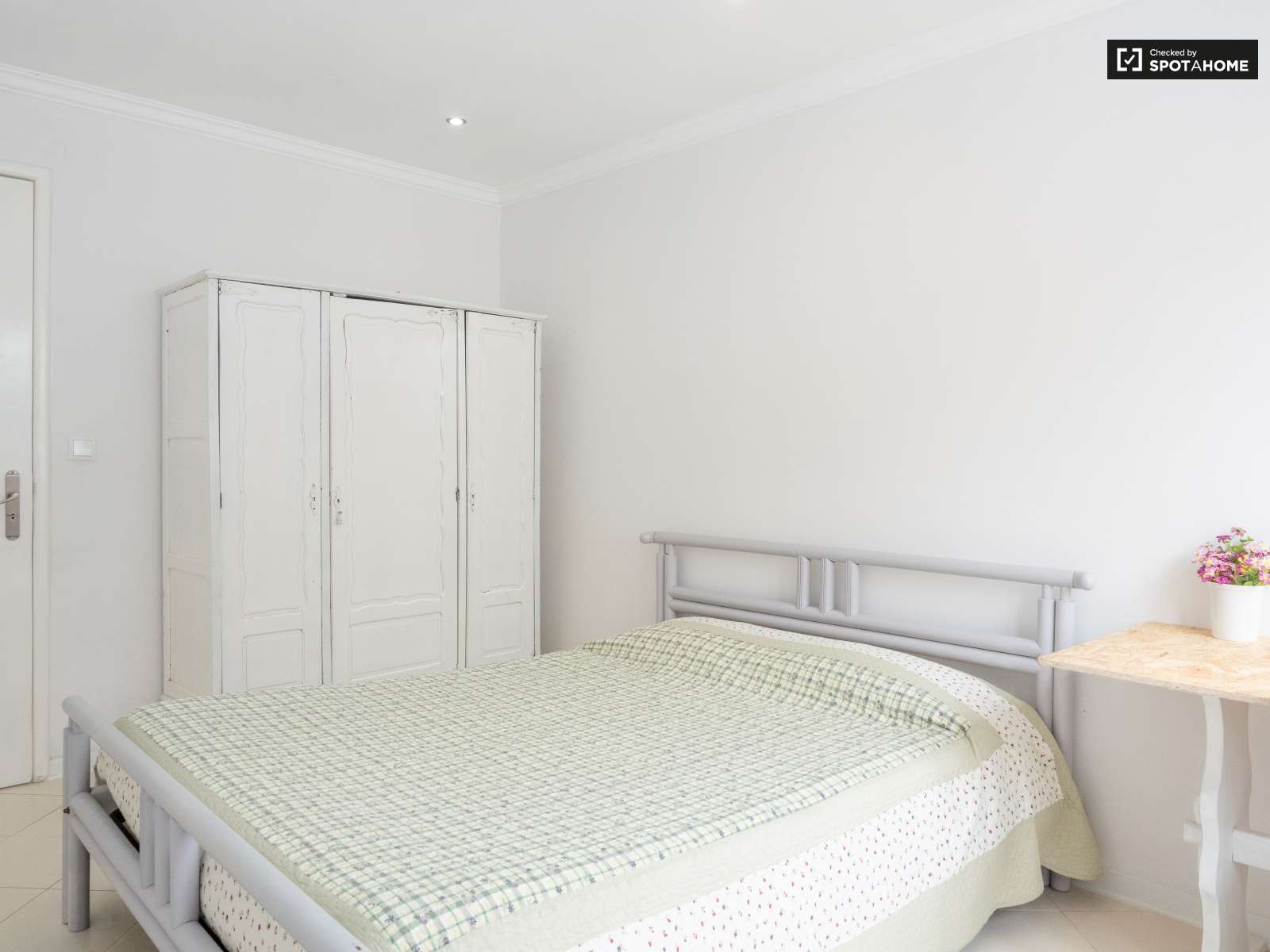Double bed in Rooms to rent in spacious 6-bedroom house in Caparica, Lisbon