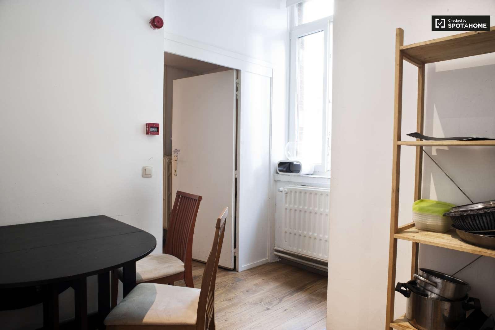 chambre meubl e dans un appartement de 3 chambres ixelles bruxelles ref 95382 spotahome. Black Bedroom Furniture Sets. Home Design Ideas