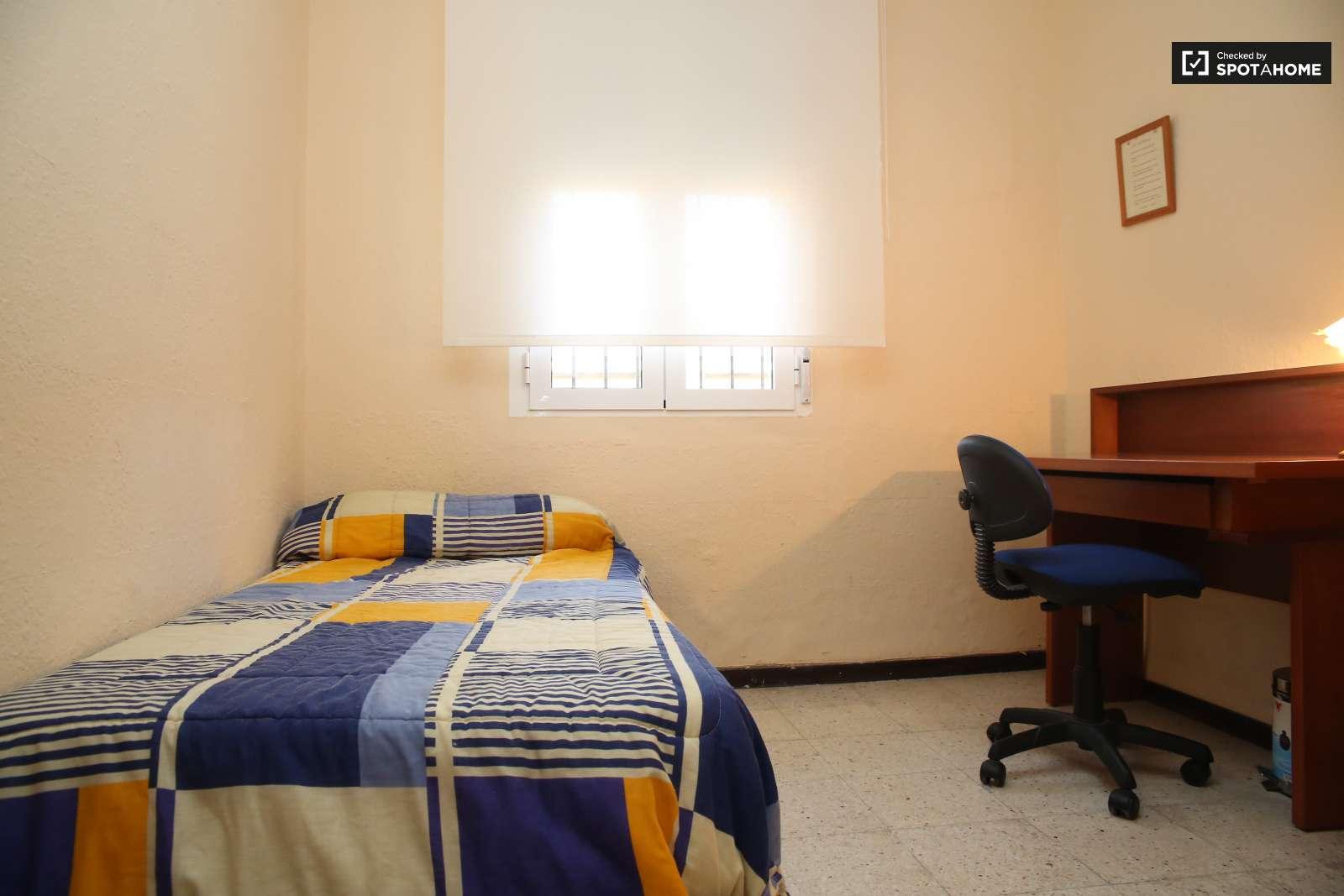Habitaciones en alquiler en piso de 3 habitaciones en for Piso 1 habitacion sevilla