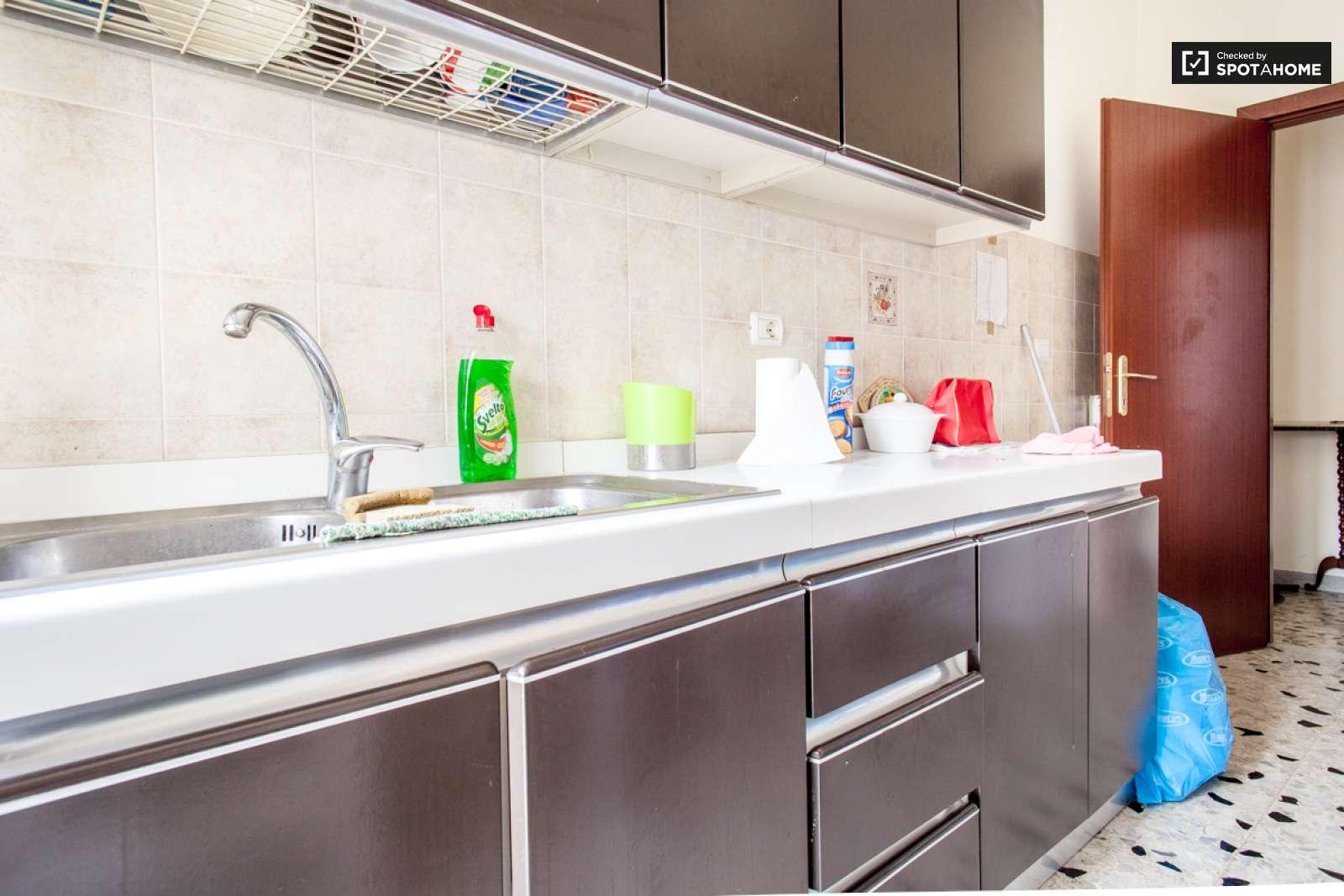 Stanza in affitto in un appartamento con balcone nella for Cucina e grandi disegni della stanza
