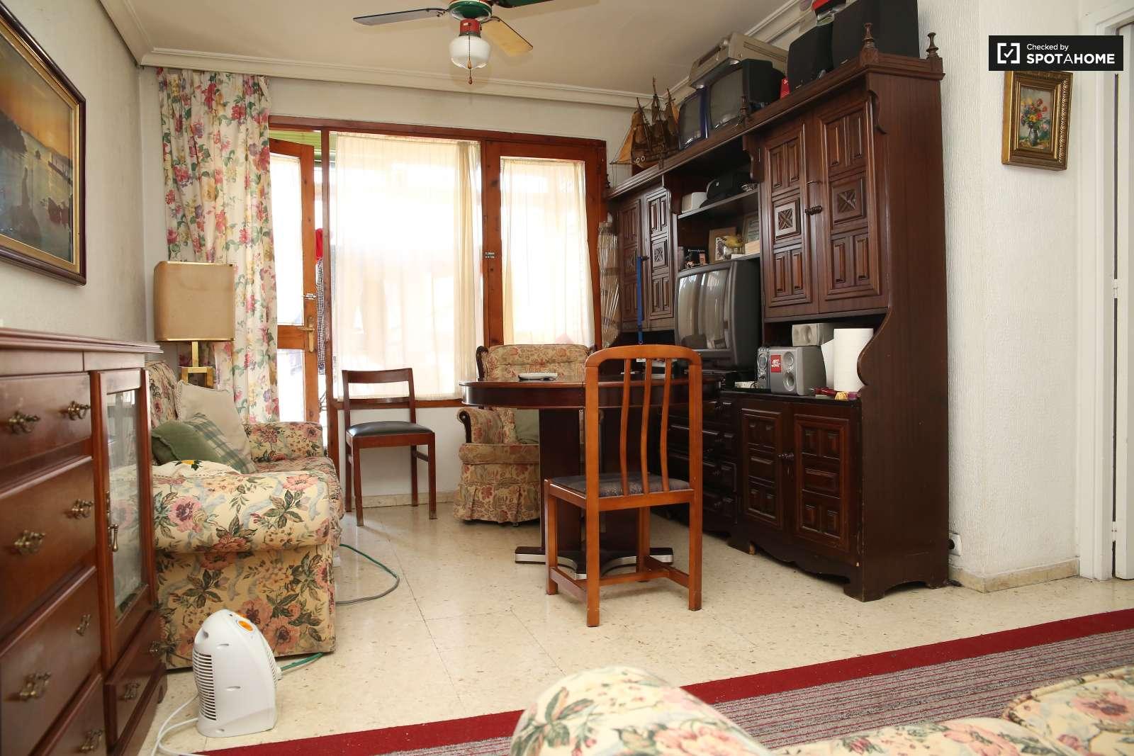 Habitaciones en piso de 3 habitaciones en la macarena for Habitaciones cuadruples en sevilla