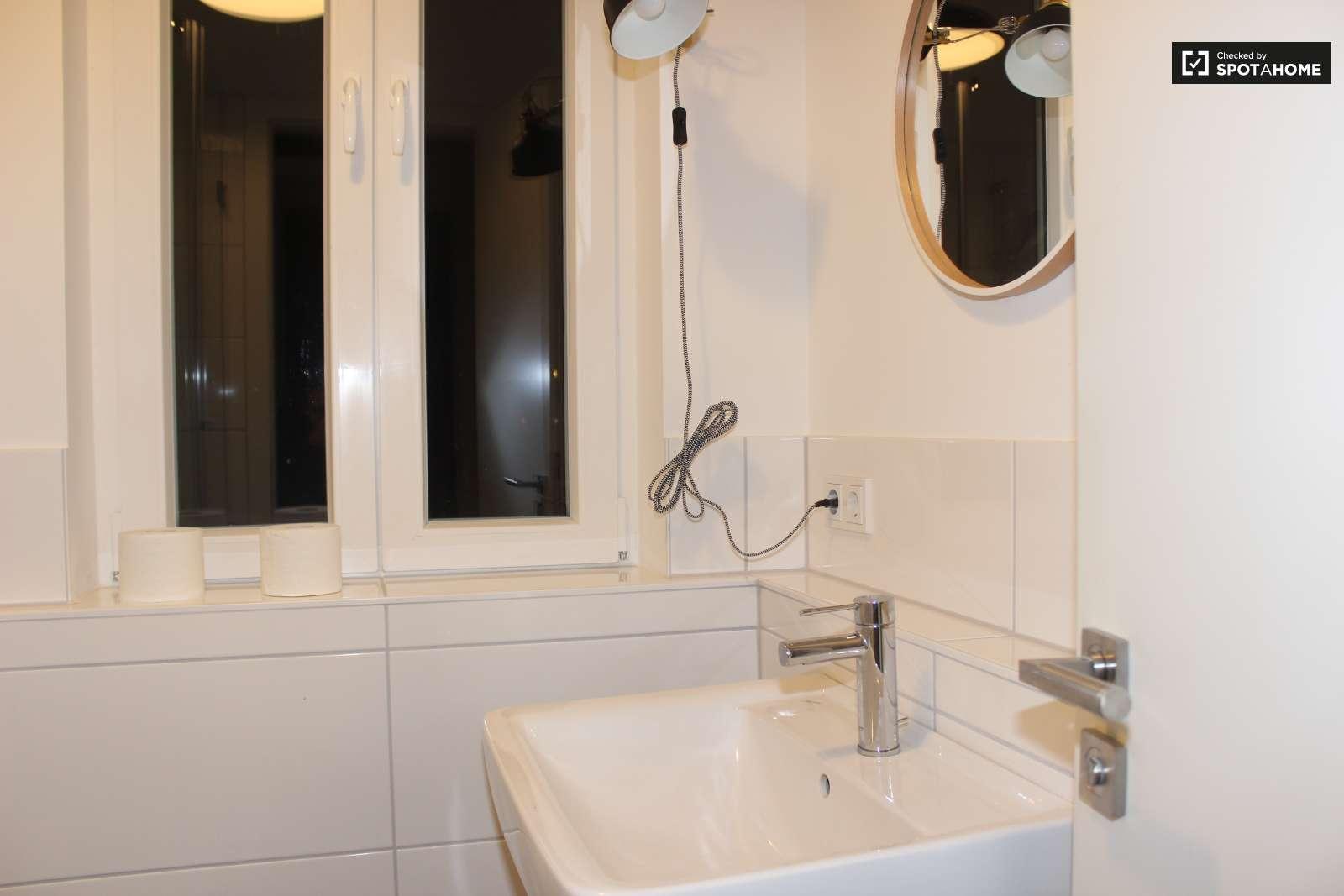 helles wg zimmer in wohnung in friedrichshain kreuzberg berlin ref 119281 spotahome. Black Bedroom Furniture Sets. Home Design Ideas