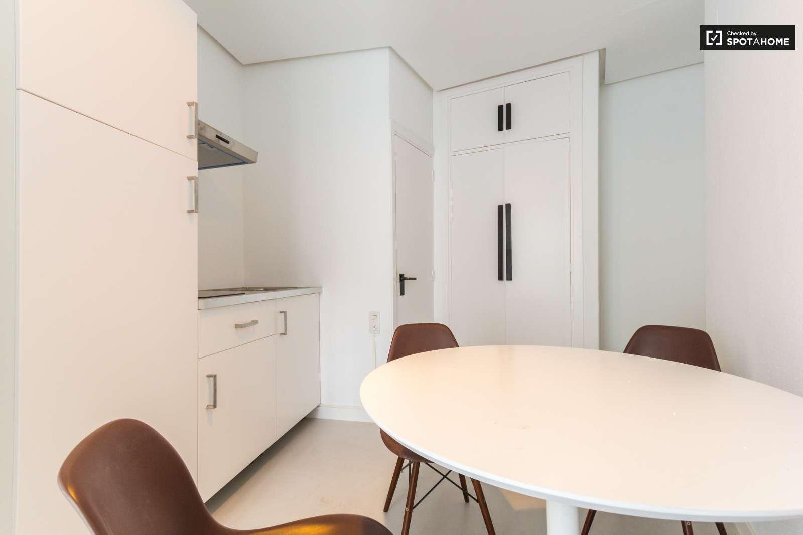 Habitaci n equipada en piso compartido en chueca madrid for Piso una habitacion madrid