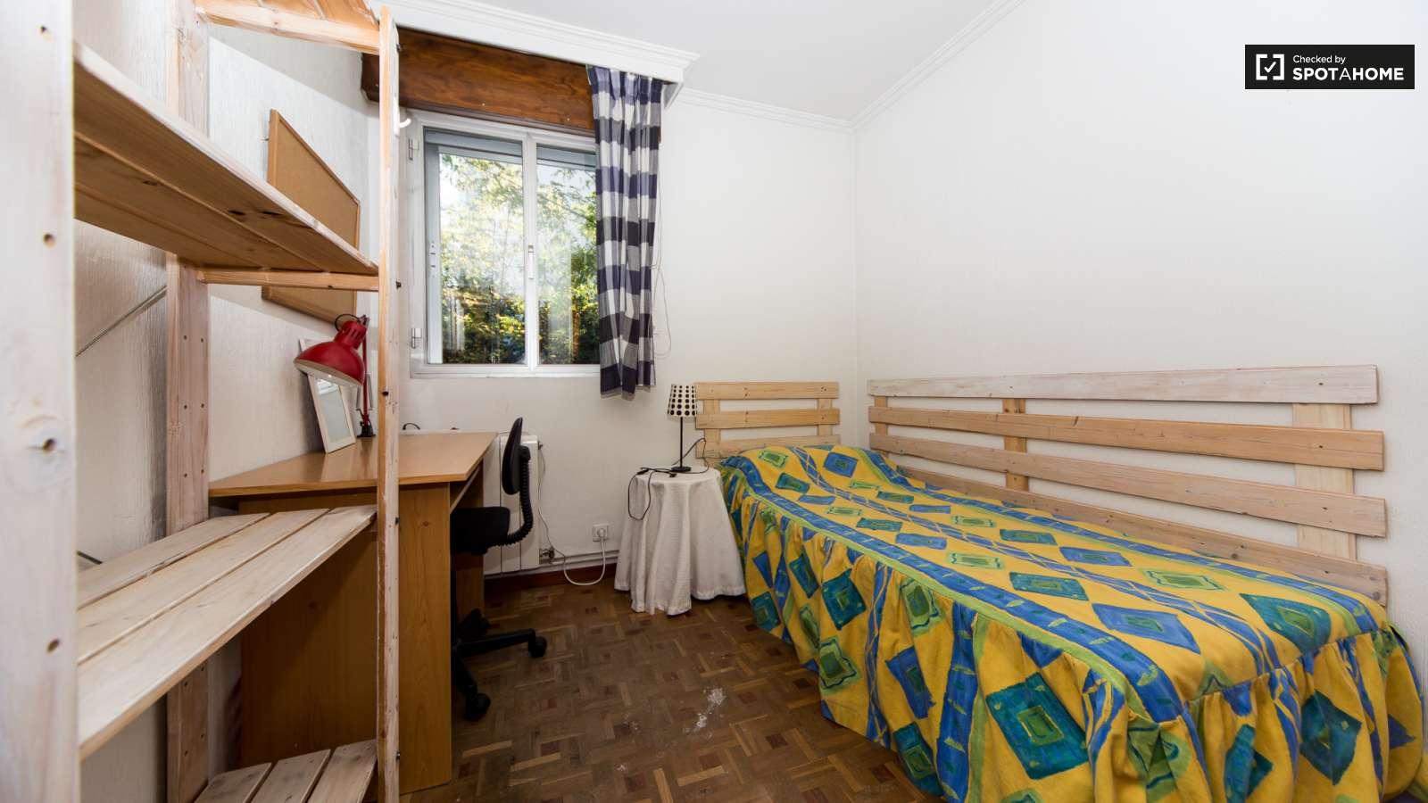 Gran habitaci n en piso de 4 habitaciones en aluche for Piso una habitacion madrid