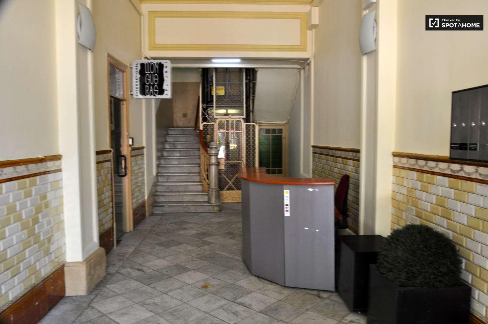 Habitaci n equipada en piso compartido en eixample for Piso 1 habitacion barcelona