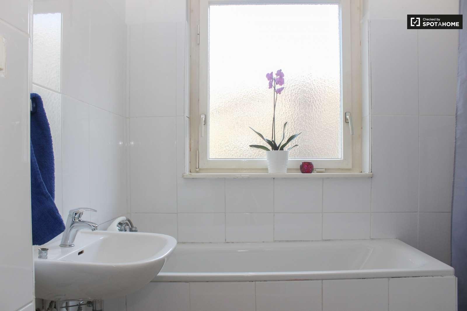 Schicke zimmer in der wohnung in tempelhof sch neberg ref for Schicke badezimmer