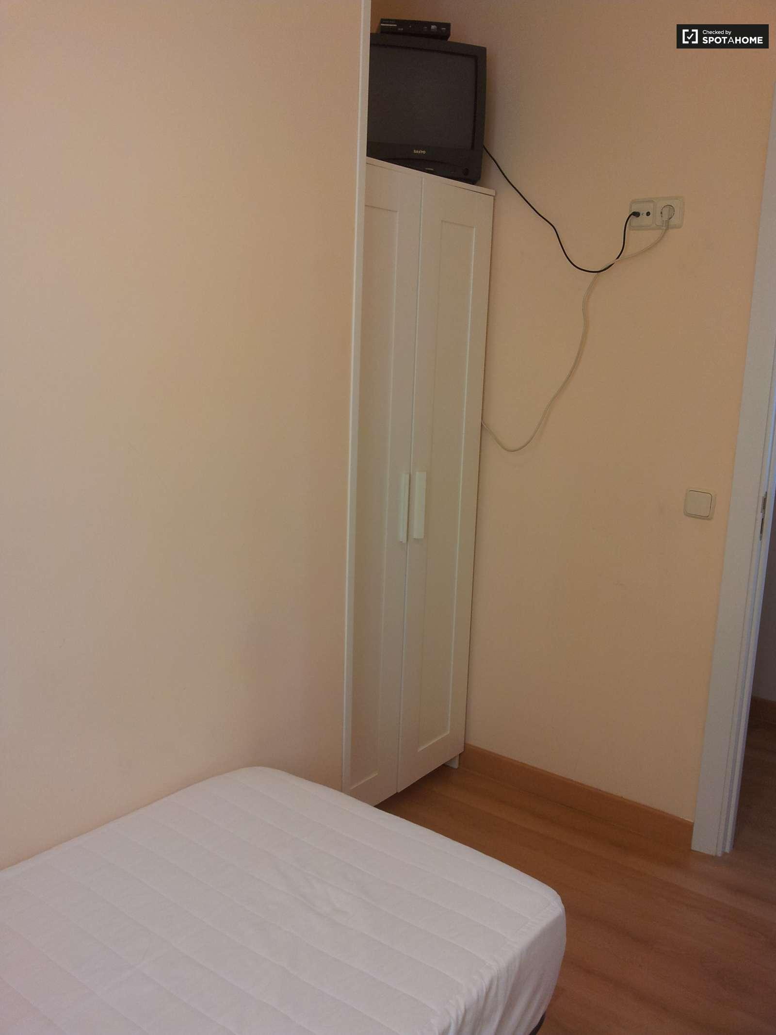 Habitaci n atractiva en piso de 5 habitaciones en for Piso 5 habitaciones madrid alquiler